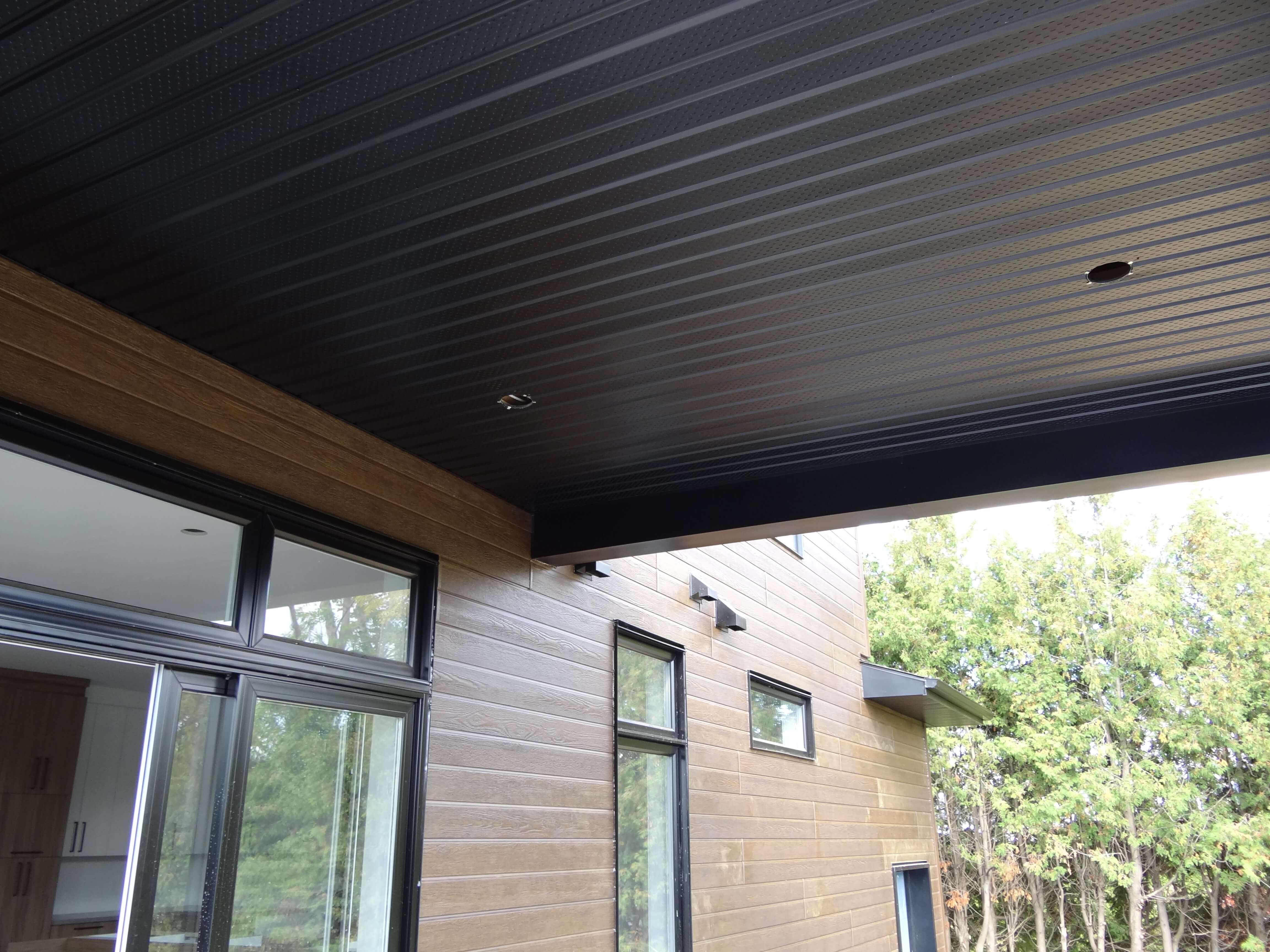 Habitations ÉnerGIK- Finition extérieure - Soffite noire, plafond, balcon